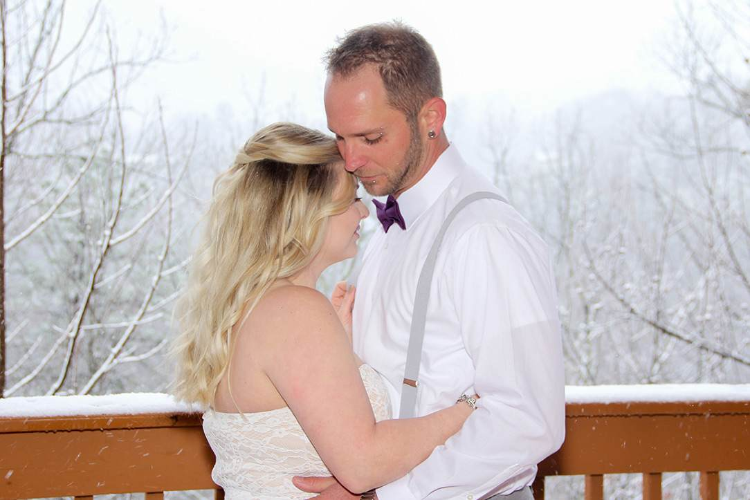 couple elopes in Gatlinburg, TN during the winter
